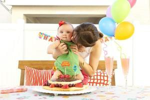 mamãe e bebê comemorando aniversário foto