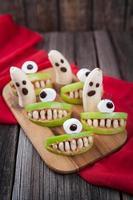 comida assustadora de halloween monstros comestíveis celebração saudável receita de decoração de festa