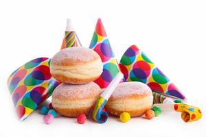 donut e decoração de carnaval foto