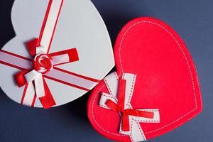 caixas de presente com coração vermelho e branco