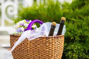 cesta de vime com garrafas foto