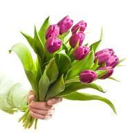mão segurando flores foto