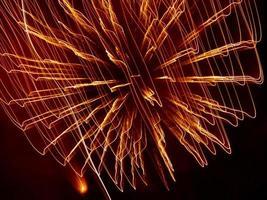 fogos de artifício dourados estouram.