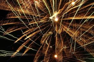 fogos de artifício dourados explodem.