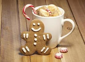 xícara de chocolate quente e biscoito de gengibre