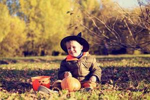 garotinho com fantasia de halloween no parque outono