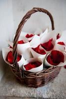 cones de rosa com confete