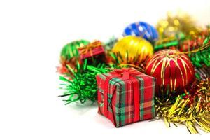 caixa de presente de natal com bolas de natal