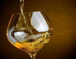 servindo vinho branco em uma taça com espaço para texto