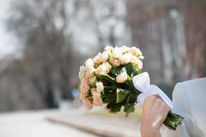 buquê nas mãos da noiva foto