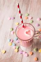 leite de morango e corações de conversa foto