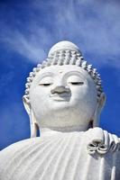 estátua de Buda grande ou pra puttamingmongkol akenakkiri em phuket tailândia foto