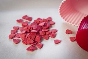 pilha de doces em forma de coração para cupcakes foto