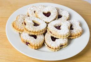 prato de biscoitos com recheio de morango foto