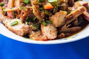 Salada de porco picante da cozinha tailandesa, tok moo nam.