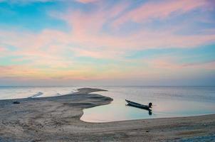 barco de cauda longa lançou âncora. foto