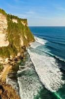 Penhascos de Uluwatu na Ilha de Bali, Indonésia