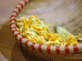 flores de abóbora na cesta de bambu vietnamita
