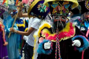 dançarina tradicional mexicana vestida de chinelo foto