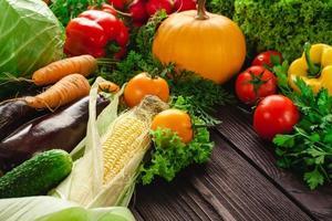 legumes frescos em uma mesa de madeira. foto