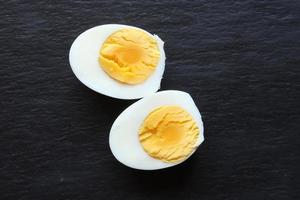 ovo cozido fatiado em fundo de ardósia foto
