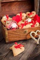 biscoitos em forma de coração com fita vermelha