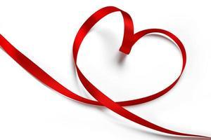 fita vermelha em forma de coração foto
