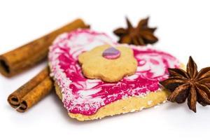biscoito em forma de coração decorado com canela e anis estrelado foto