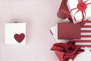 várias caixas de presente em branco e vermelho