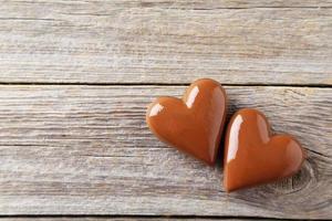 coração de chocolate em fundo cinza de madeira