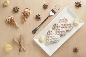 coração waffles raspas de limão, açúcar de confeiteiro em prato retangular