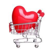 coração no conceito de carrinho de compras isolado no branco