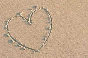 coração na areia foto