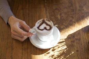 mão cappuccino coração foto