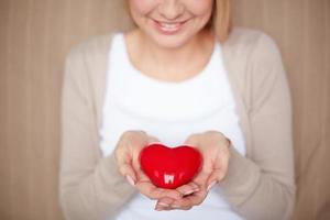 segurando coração vermelho