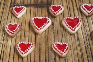 cookies de corações vermelhos em fundo de madeira foto