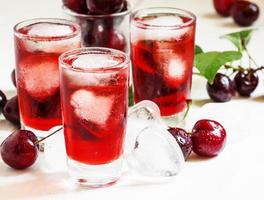 bebida vermelha com gelo em forma de coração