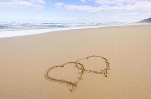 dois corações na areia foto