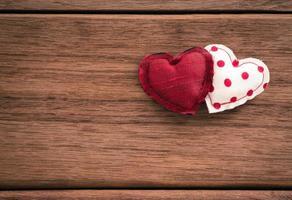 amor corações, doce dia dos namorados e textura de madeira foto