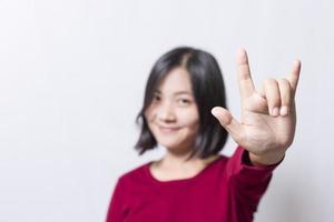 mulher mostra as mãos do coração