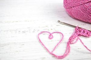 fundo de crochê rosa com coração de fio foto