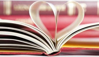páginas do livro em forma de coração
