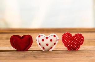 tom vermelho bonito corações artesanais em superfície de madeira