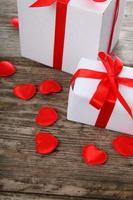 presentes e corações vermelhos
