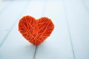 corações vermelhos na madeira foto