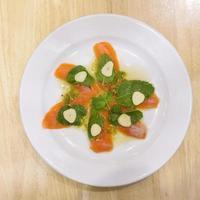 um prato de salmão com molho picante de frutos do mar foto