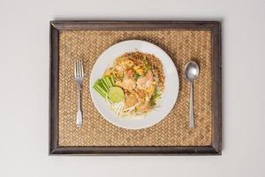 macarrão tailandês com camarão