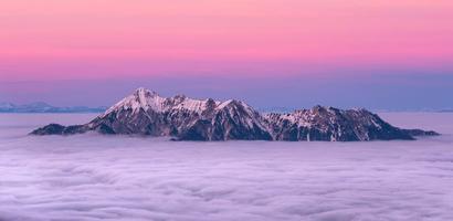picos de montanhas sobre as nuvens foto