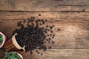 grãos de café na mesa foto