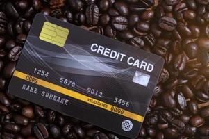 cartão de crédito colocado em grãos de café